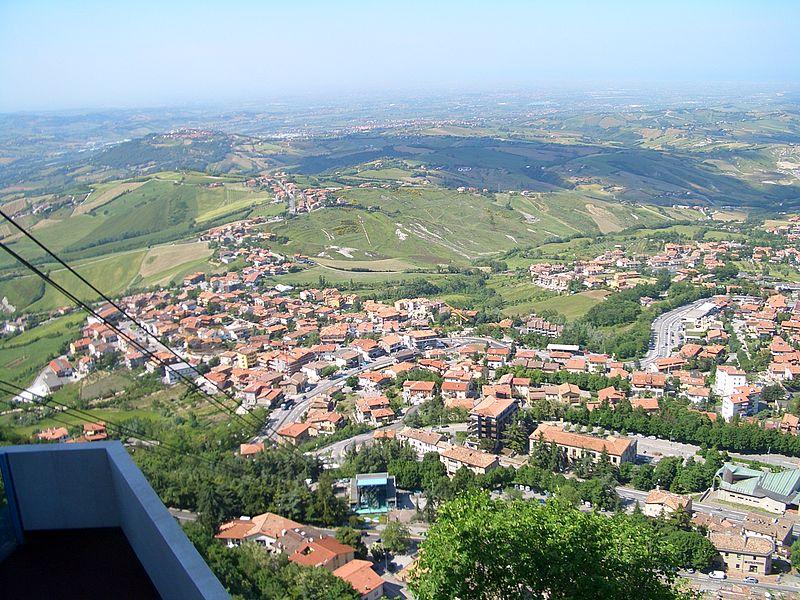Vista di Borgo Maggiore dalla funivia Sammarinese